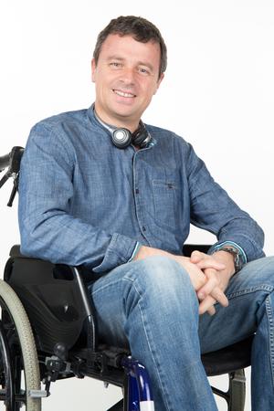 paraplegico: Retrato de hombre con discapacidad en silla de ruedas sobre fondo blanco