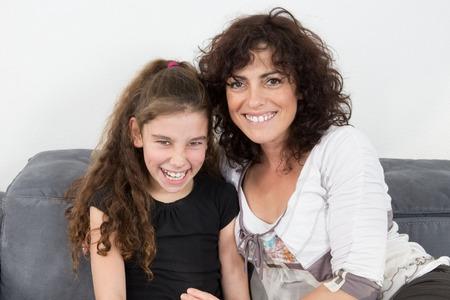 mama e hija: La joven de la madre feliz en su casa sonriendo