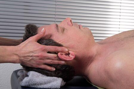 masajes relajacion: Hombre que tiene un masaje en la cabeza  del hombre se relajó en el balneario Foto de archivo