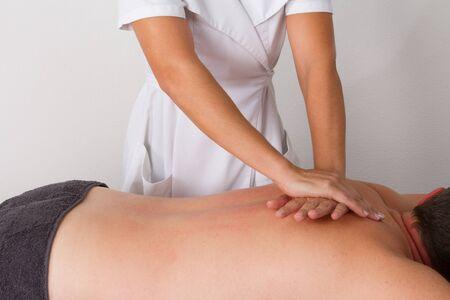 fisioterapia: Paciente en la fisioterapia consigue masaje o drenaje linfático Foto de archivo