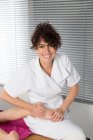 reflexologie: Pied de physiothérapie et de réflexologie avec une femme Banque d'images