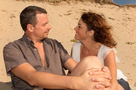 besos apasionados: Pareja feliz en vacaciones que se miran listos para besar Foto de archivo
