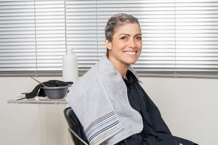 tinte cabello: Brunette habiendo el pelo coloreado en peluquer�a Foto de archivo