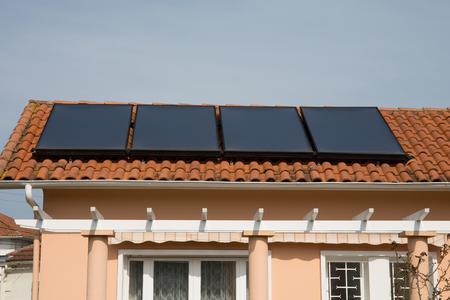 paneles solares: Un techo con paneles solares en una casa moderna Foto de archivo