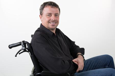paraplegico: Hombre en silla de ruedas aislado en blanco Foto de archivo