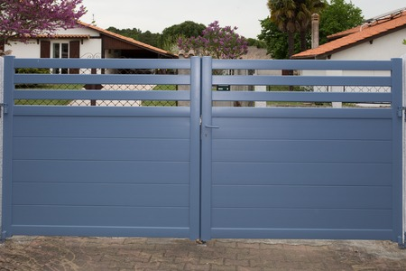 Blue Gates. New family house with blue automatic gates Stockfoto