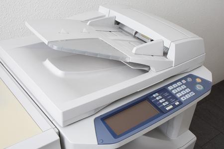 オフィス多機能プリンターやコピー機白い背景に分離