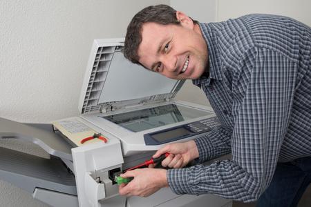fotocopiadora: El primer tiró del técnico de la fijación de una máquina fotocopiadora Foto de archivo