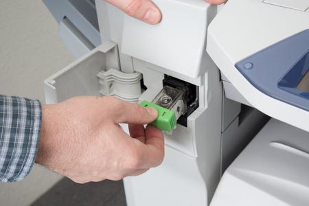fotocopiadora: El primer tir� de la m�quina fotocopiadora de la fijaci�n del t�cnico en la oficina Foto de archivo