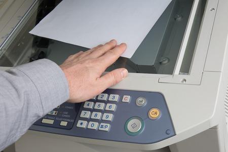 fotocopiadora: El hombre toma a cabo algunos documentos de la impresora o fotocopiadora Foto de archivo