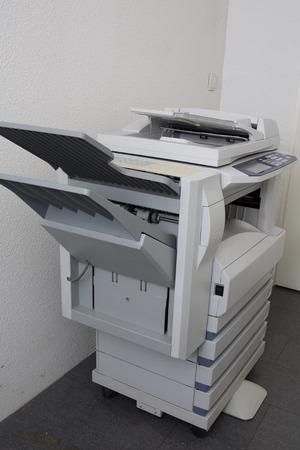 fotocopiadora: fotocopiadora moderna con una pantalla digital aislada en la oficina