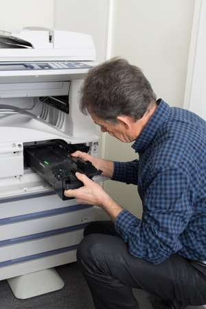 fotocopiadora: t�cnico de sexo masculino que repara la m�quina copiadora digital