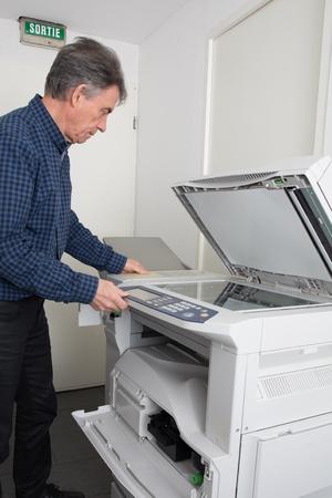 fotocopiadora: disparo de cerca de una m�quina fotocopiadora de la fijaci�n del t�cnico Foto de archivo