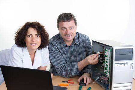 centro de computo: Equipo de t�cnicos est� trabajando en conjunto en los servidores del centro de datos