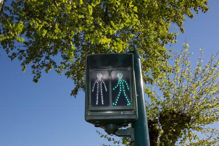 semaforo peatonal: semáforos paso de peatones muestran la señal verde para seguir Foto de archivo
