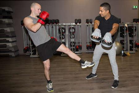 hombres haciendo ejercicio: Dos hombres de boxeo ejercicio juntos en el gimnasio Foto de archivo