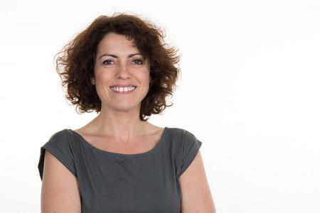 vejez feliz: mujer de mediana edad aislados en un fondo blanco
