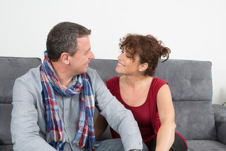 uomini belli: In amore coppia a guardare l'altro SORRIDERE Archivio Fotografico