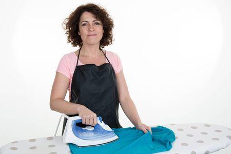 Close-up van vrouw het strijken kleren op de strijkplank