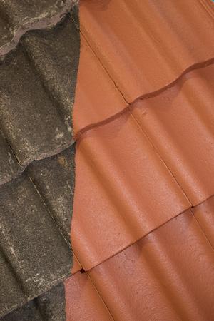 Comparación lado a lado de antes y después de la limpieza y el trabajo de techado Foto de archivo