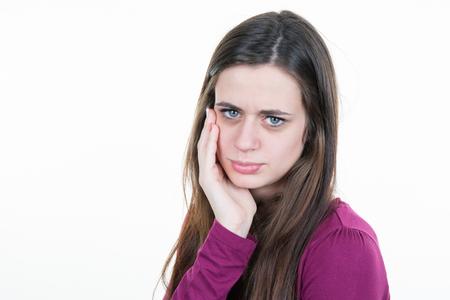dolor de muela: mujer joven está teniendo un dolor de muelas .Toothache