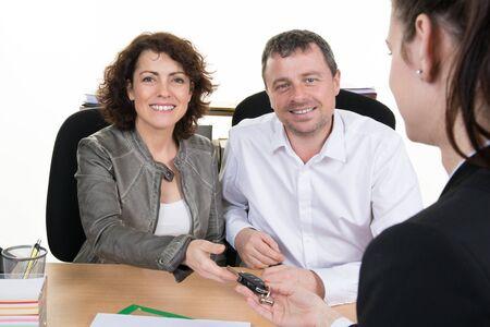 comit� d entreprise: Sourire femme d'affaires et de l'homme � l'entrevue d'emploi dans le bureau