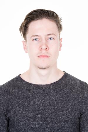 Pasfoto van een coole kerel in een grijs shirt geïsoleerd Stockfoto