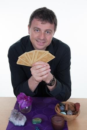 soothsayer: Caja de fortuna gitana de sexo masculino encantador con las cartas del tarot Foto de archivo