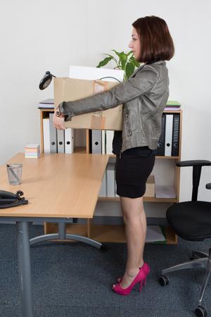 articulos de oficina: cuadro de la celebración de la mujer de negocios joven de artículos de oficina