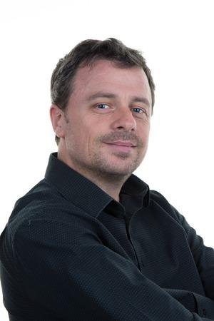 bata blanca: Retrato de hombre sonriente y confiado