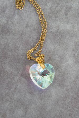 coeur diamant: Topaze bleue pendentif coeur aquamarine de diamant, collier avec chaîne isolé sur blanc Banque d'images