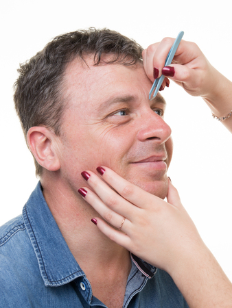 Close-up van de mens met een pincet wenkbrauwen epileren Stockfoto