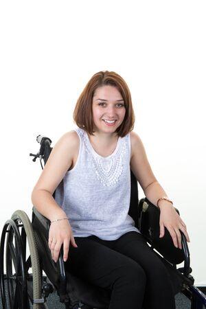 paraplegico: Mujer en la silla de ruedas aislado en blanco