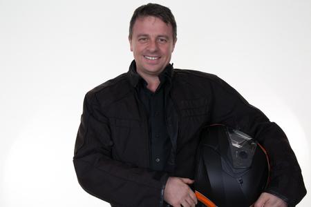 motociclista: Retrato de un joven motociclista es la celebración de un casco posando aisladas sobre fondo blanco.