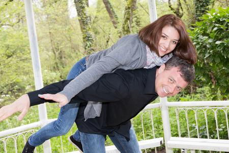personas abrazadas: pareja encantadora y feliz fuera de la diversión Foto de archivo