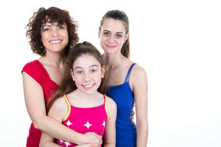 madre soltera: Single mother with two daughters isolated on white