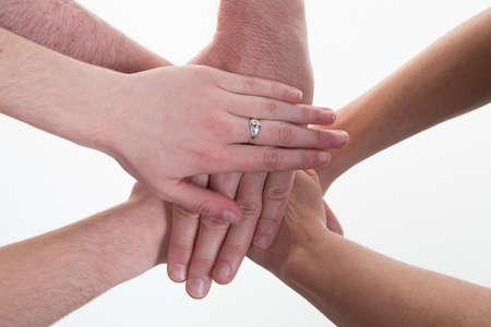 la union hace la fuerza: La gente de negocios que hacen la pila de manos en la reuni�n Foto de archivo