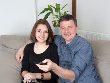 pareja viendo tv: Pareja viendo la televisi�n en la sala de estar couchin Foto de archivo