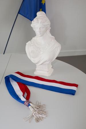 Symbole de l'élection française avec Mariane et drapeau français Banque d'images - 57712706