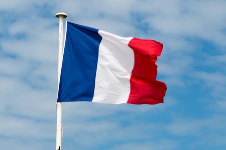 Frankreich Flagge am Mast und gegen den blauen Himmel