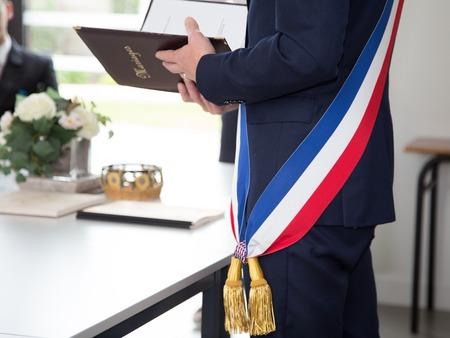Maire français avec un drapeau foulard pendant la journée sarclage Banque d'images - 57713628