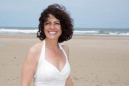 mujer sola: Retrato de la mujer sonriente morena de 40 años de edad