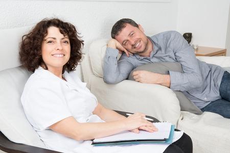terapia psicologica: Imagen del varón feliz durante la terapia psicológica