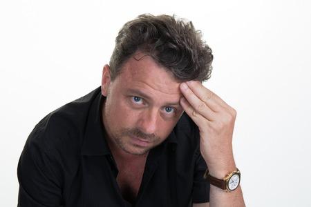 Nahaufnahmeportrait wütend, traurig, schreiendem Mann mit schlechten Haltung, vermasselt, sucht Neurotiker, isoliert auf weißem Hintergrund. Standard-Bild