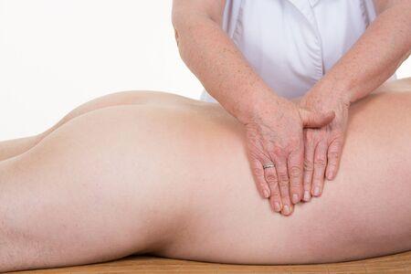 masajes relajacion: El toque curativo de una manos del fisioterapeuta en un cuerpo de un hombre Foto de archivo