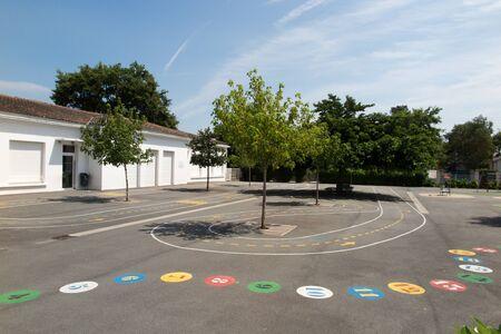 Preschool gebouw buitenkant met een speelplaats op een zonnige dag