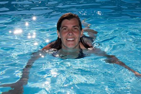 femme Enthousiaste et souriant dans la piscine