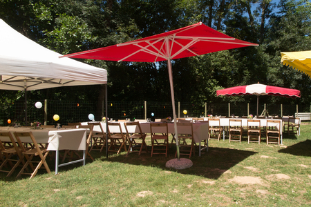 decoracion mesas: Tables and decoration prepared for an outdoor party