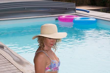 Senior femme dans l'hôtel spa de détente dans la piscine