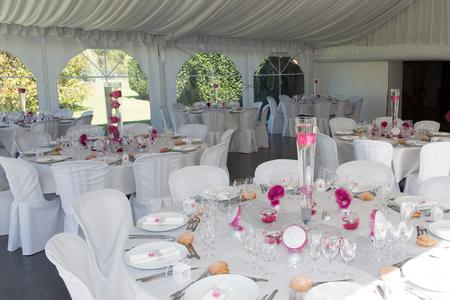 Een beeld van de tabellen op een luxe trouwzaal Stockfoto